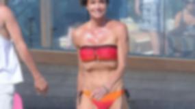 Bardzo chuda 56-letnia gwiazda w bikini