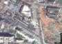 Charakterystyczna sylwetka samolotu dobrze widoczna jest też na mapach satelitarnych.