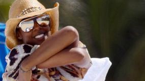 Kelly Rowland pręży się na plaży