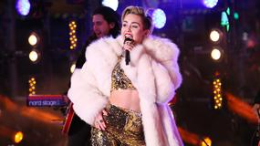 Przeziębiona Miley Cyrus na koncercie sylwestrowym. Choć chora, pokazała kawałek ciała