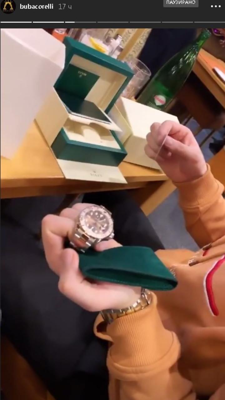 Buba pokazuje poklon od Maje