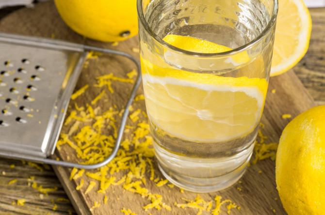 U toplu vodu dodajte nekoliko kapi limuna