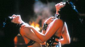 """20 lat od premiery """"Showgirls"""". Jak dziś wyglądają Berkley i Gershon?"""