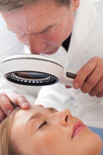 Bez obzira na uzrok opadanje kose treba sprečiti već u početnoj fazi, kažu dermatolozi