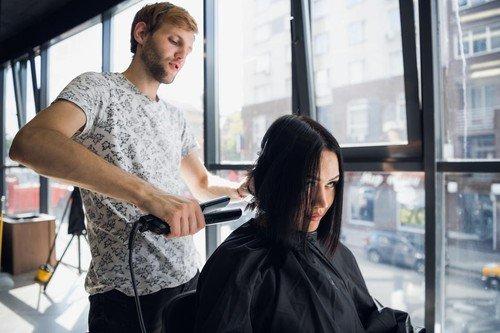 Pegla za kosu ne mora biti štetna, ali samo ako je pravilno koristite. Temperatura mora da bude niža od 200 stepeni, pa će vam kosa biti i zdrava i prava