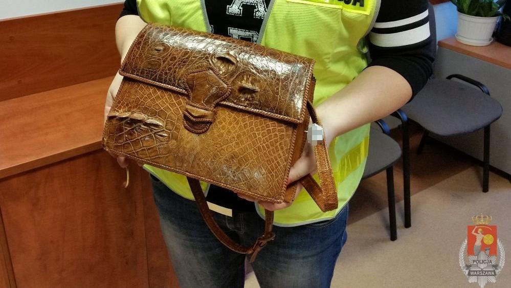 a776e3c9fd6a1 Cenny towar w lumpeksie. Policjanci zabezpieczyli torebkę ze skóry ...