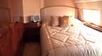 ...jak na przykład sypialnia z dużym łóżkiem i jedwabną pościelą...