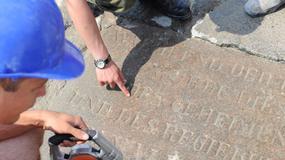 Świnoujście: na falochronie odnaleziono tablicę pamiątkową z XIX wieku