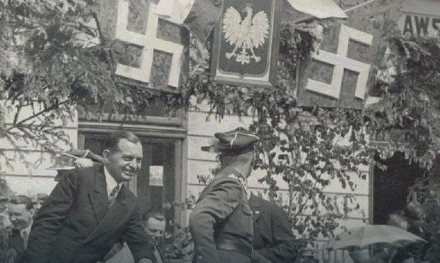 Góralskie krzyże podczas defilady święta pułkowego, fot. Wikimedia Commons
