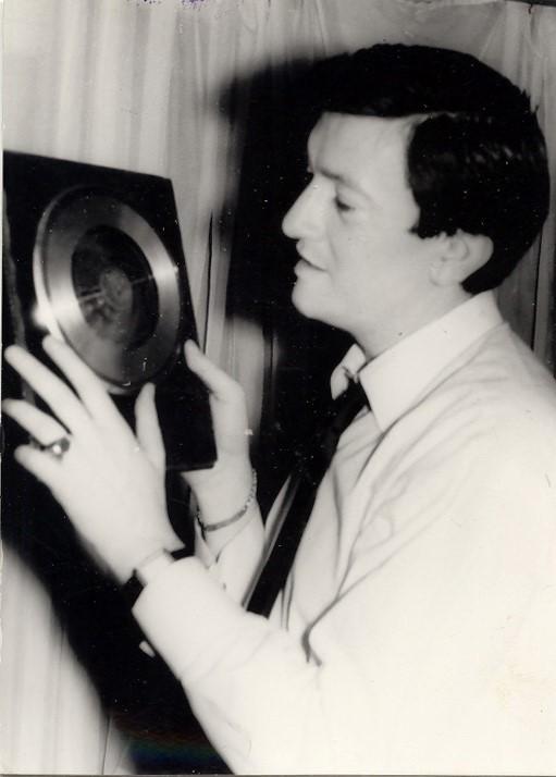 Tiraži njegovih ploča daleko su prelazili broj gramofona u zemlji