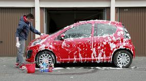Jak latem zadbać o auto? Radzimy, czym skutecznie usunąć owady, smołę i inne trudne zabrudzenia