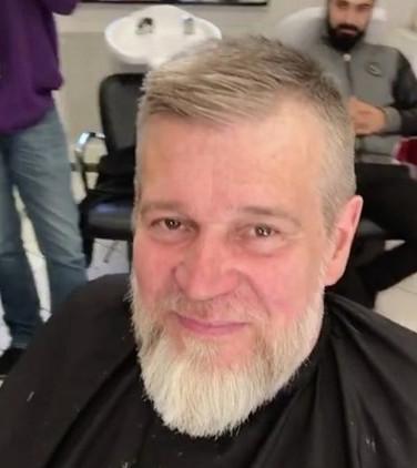 Evo kako ovaj čovek izgleda posle brijanja i šišanja!