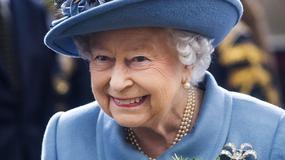 Królowa Elżbieta II w niebieskim komplecie na spotkaniu. Jak wypadła?