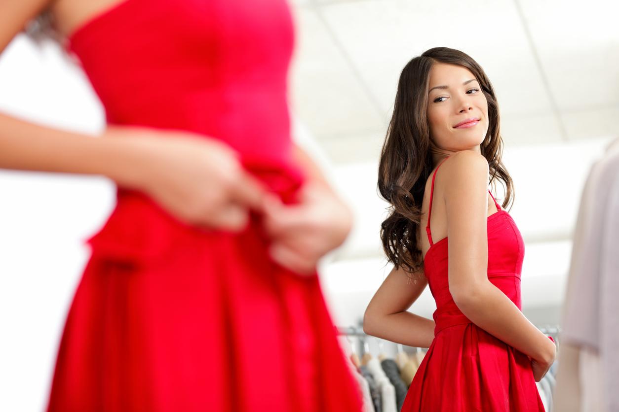 Czerwona sukienka to esencja kobiecości. Najładniejsze