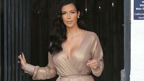 Kim Kardashian w sukience z seksownym rozcięciem