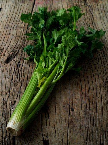 Kada kupujete celer lišćar, birajte onaj svetlije boje, čije su stabljike i vrhovi aromatični