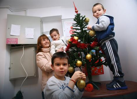 Stanari se zajedno sa decom spremaju za doček Nove godine