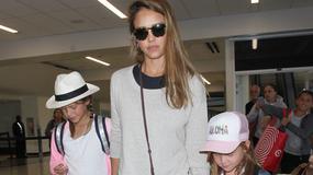 Jessica Alba w ciąży na lotnisku. Widać brzuszek?