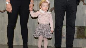 2-letnia Księżniczka Estelle z rodzicami na otwarciu wystawy