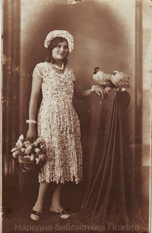 Mlada dama u haljini od kokica