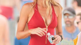 """Kelly Rohrbach w roli Pameli ze """"Słonecznego patrolu"""". Zobaczcie jej zdjęcia w stroju ratowniczki"""