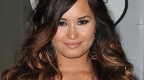 Demi Lovato w mini i z głębokim dekoltem