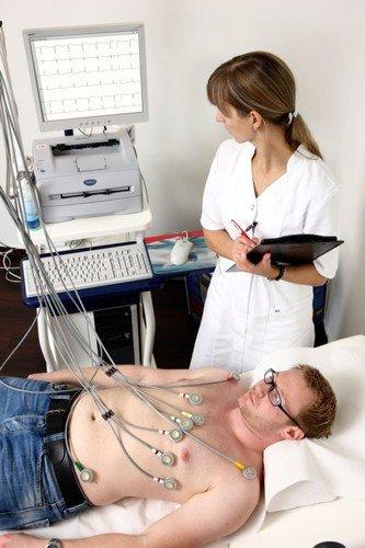 Ako osetite aritmiju, odmah idite u najbližu ambulantu kako bi se napravio EKG s koga lekar specijalista može da pročita da li se radi o ozbiljnom poremećaju