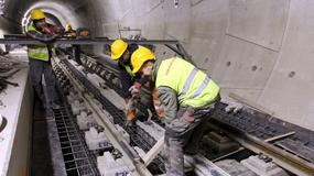 II linia metra: montują szyny w tunelach