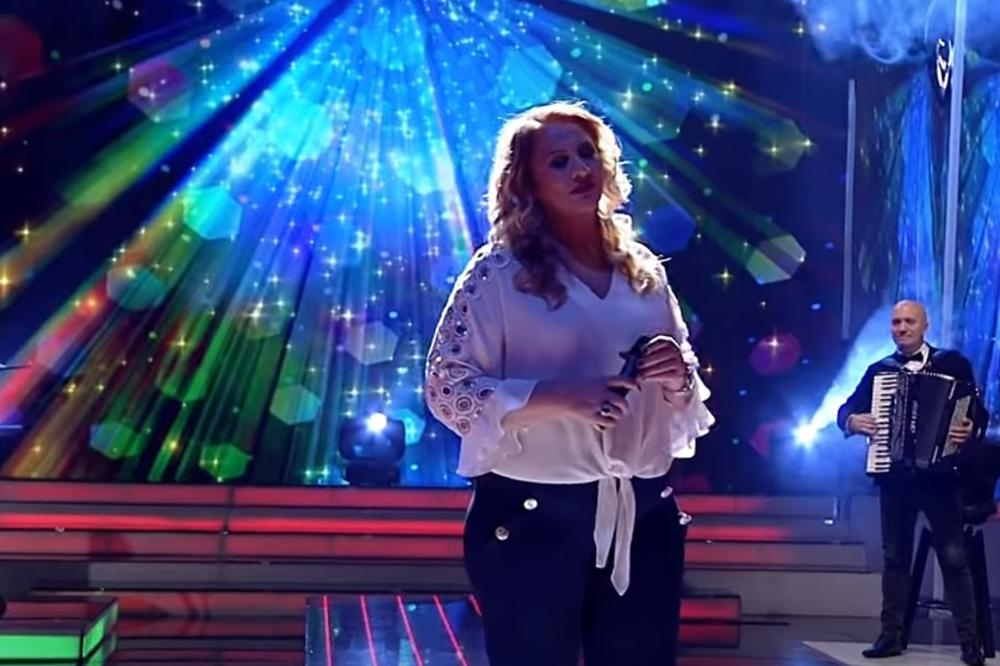 """""""SPLAV JE KRENUO DA TONE, A MOST DA PUCA..."""" Popularna pevačica preživela traumu na nastupu! (FOTO)"""