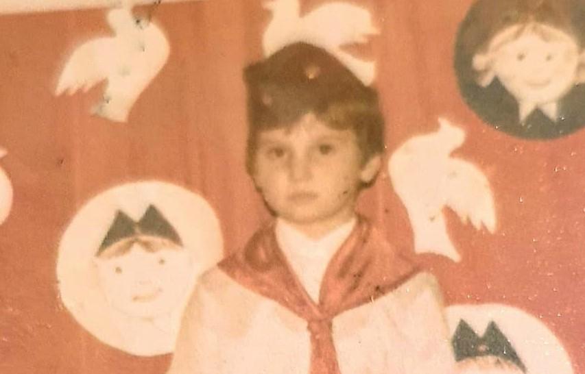 DEČAK SA FOTKE JE ZVEZDA TELEVIZIJE! Pre 11 godina je MAŠTAO o emisiji na Pinku, a onda je sudbina umešala prste! ZNATE GA SVI!
