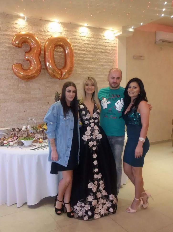 Marija Manojlović sa gostima na rođendanu