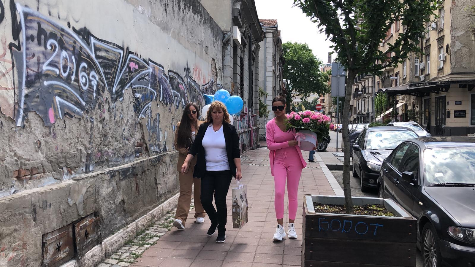 """""""UZBUĐENE SMO I PRESREĆNE"""" : Bogdanina majka i sestre donele balone i cveće u porodilište, pogledajte trenutak pun emocija! (VIDEO)"""