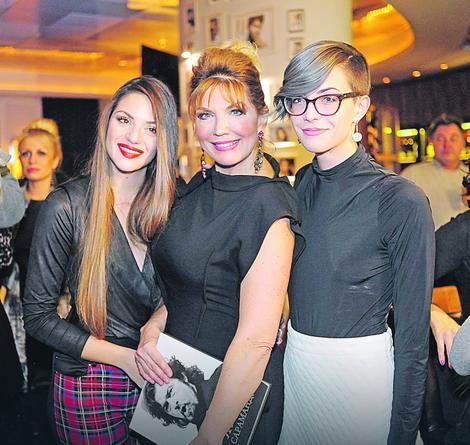 Suzana Mančić sa ćerkama