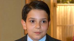 """Roger Karwiński był kiedyś słodkim dzieckiem. Teraz Adaś Skalski z serialu """"Niania"""" wygląda zupełnie inaczej..."""