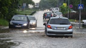 PREKO ULICE ČAMCEM Preplavljene ulice i u Beogradu, slaba vajda i od kišobrana