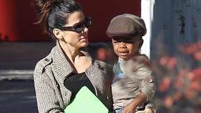 Sandra Bullock odbiera swojego syna ze szkoły