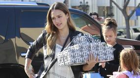Jessica Alba w ciąży na imprezie urodzinowej. Brzuch jest już ogromny