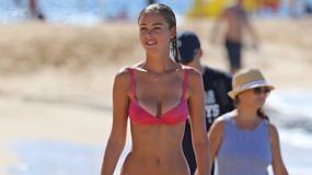 Dziewczyna DiCaprio na plaży w bikini