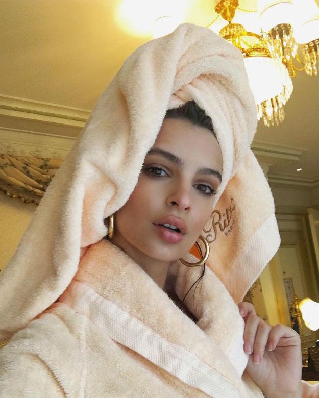 Kome ćemo da verujemo, ako ne kraljici selfija - Emili Ratajkovski?