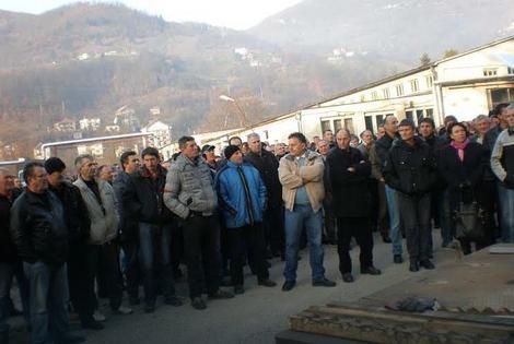 Radnici čekaju da im se obrati generalni direktor