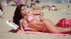 Seksowna trenerka pręży się na plaży. Ależ ona ma ciało