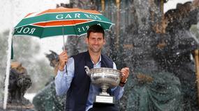 NJEGOV JE Nasmejani Novak prošetao trofej Rolan Garosa ulicama Pariza /FOTO/