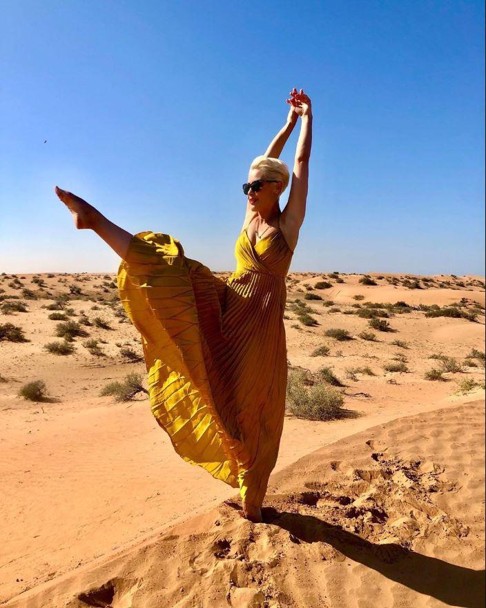A csinos műsorvezető, Orosz Barbara az Egyesült Arab Emírségekben kirándult a sivatagban
