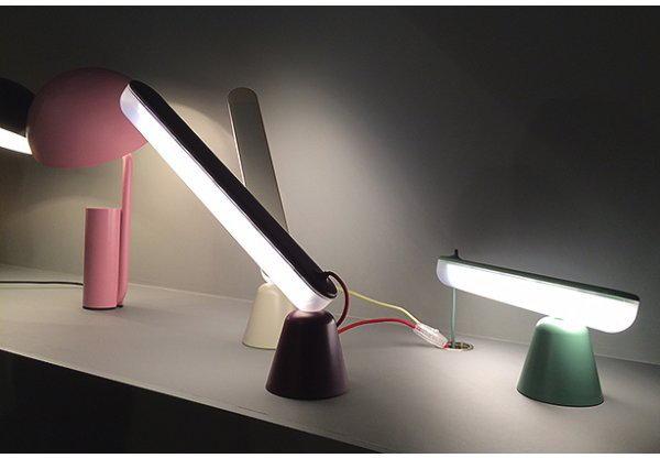 Normann Copenhagen Lampa stołowa Acrobat ciemnoFioletowy 502124