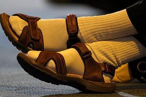 Chodzenie w skarpetkach i sandałach
