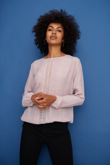Elegancka bluzka z ozdobnym koronkowym panelem i pliskami