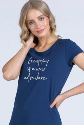 Basicowy t-shirt z ozdobnym napisem