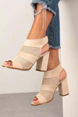 Beżowe sandały ażurowe zabudowane na słupku