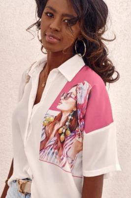 Delikatna koszula z nadrukiem na ramieniu kremowo-różowa MP26650