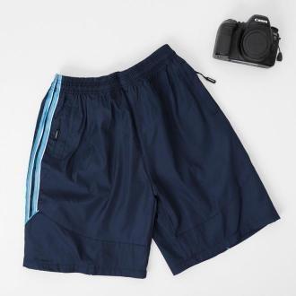 Granatowe męskie sportowe spodenki szorty z niebieskimi lampasami - Odzież